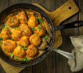 Рецепт дня: тефтели с сыром в томатном соусе