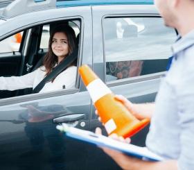 Леди за рулем. Как выбрать идеальную автошколу?